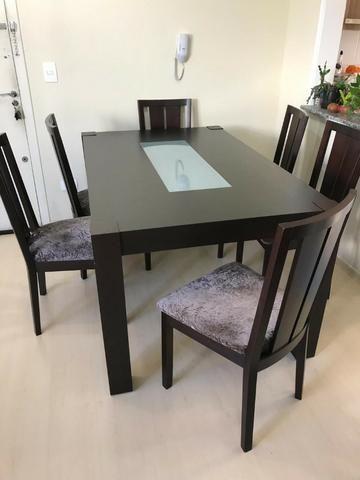 Mesa e cadeiras em madeira