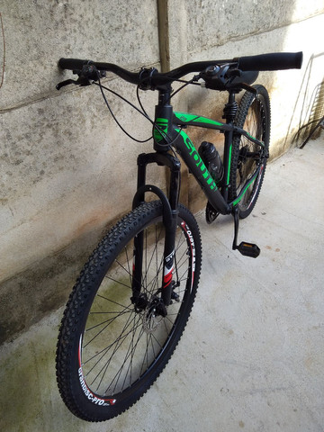 Bike de trilha semi nova sem detalhes pouco usada