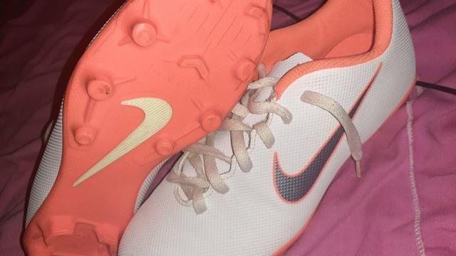 Vendo ou troco chuteira da Nike - Foto 2