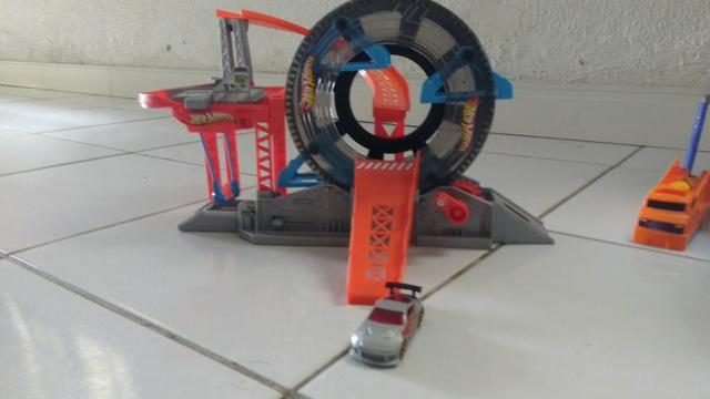 Pista Hot Wheels lava rápido