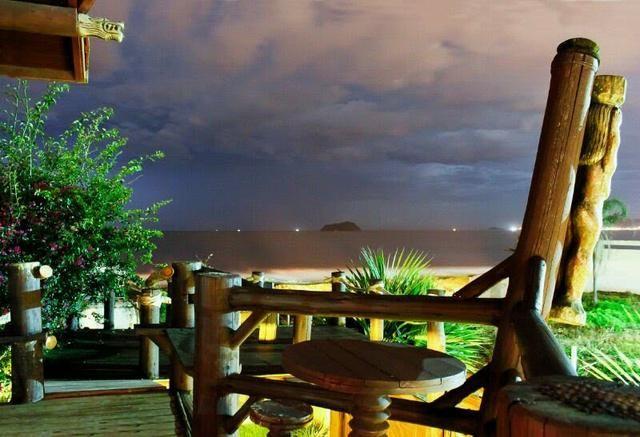 Casa na praia de piçarras com piscina,sinuca, karaokê, wi-fi e vista para o mar