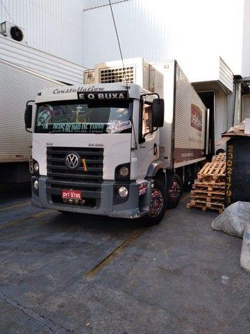 Constelation 24-250 Bi-truck Baú refrigerado gancheira - Foto 2