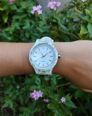 ? Lindo relógio analógico com pulseira de silicone!! ?