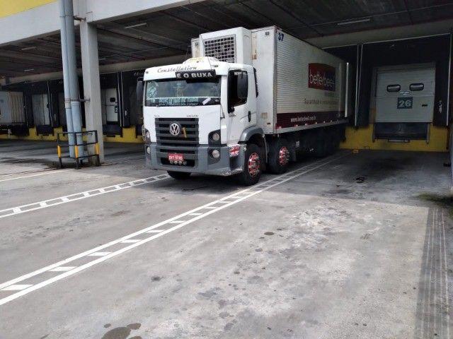 Constelation 24-250 Bi-truck Baú refrigerado gancheira - Foto 10