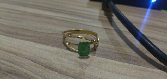 Anel de Ouro (2g) com pedra de Esmeralda