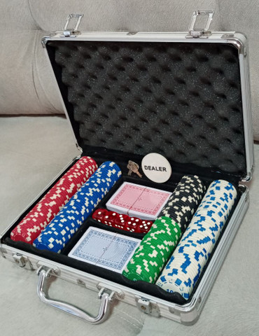 Maleta Poker Profissional 200 Fichas 2 Baralhos 5 Dados em Goiânia - Foto 6