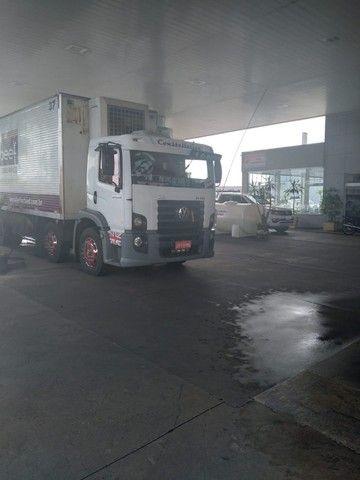 Constelation 24-250 Bi-truck Baú refrigerado gancheira - Foto 4