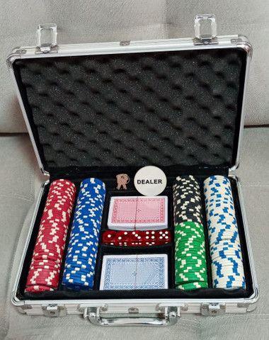 Maleta Poker Profissional 200 Fichas 2 Baralhos 5 Dados em Goiânia - Foto 3