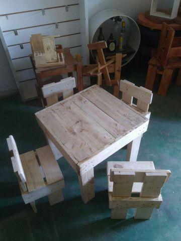 Mesa infantil com banquinhos