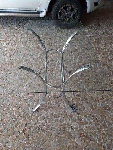 Mesa de vidro com pés de metal
