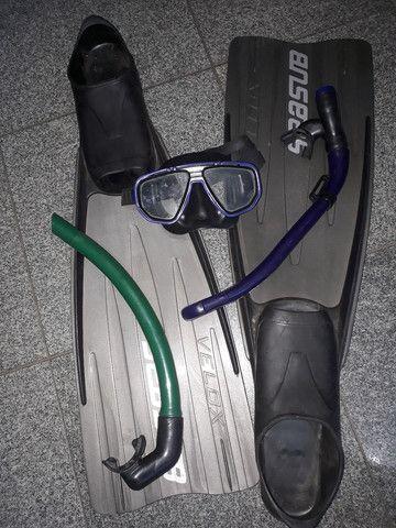 Máscara de mergulho, canudo e pé de pato