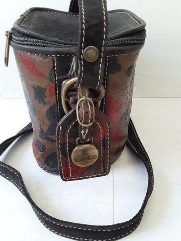 Bolsa em couro pintado pequena em formato quadrado com alça regulável - Foto 3