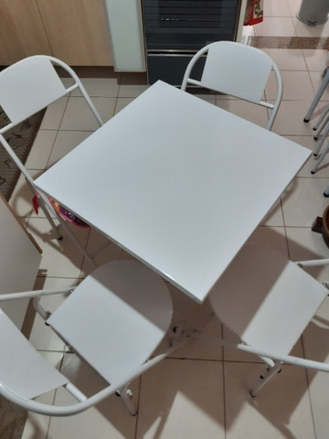 Mesa dobrável com 4 cadeiras