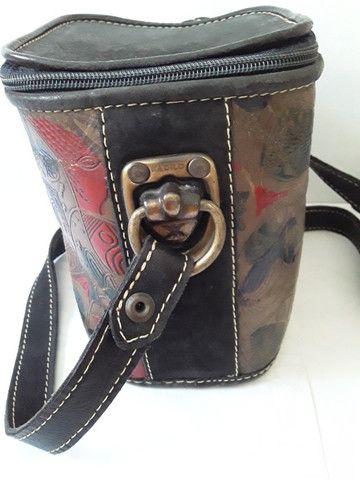 Bolsa em couro pintado pequena em formato quadrado com alça regulável - Foto 5
