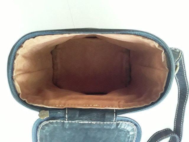 Bolsa em couro pintado pequena em formato quadrado com alça regulável - Foto 4