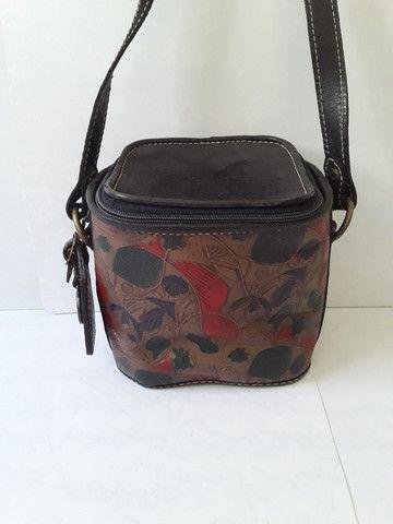 Bolsa em couro pintado pequena em formato quadrado com alça regulável - Foto 2
