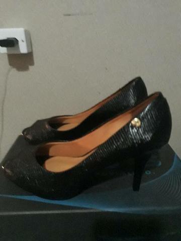 Vendê-se 2 pares de sapatos