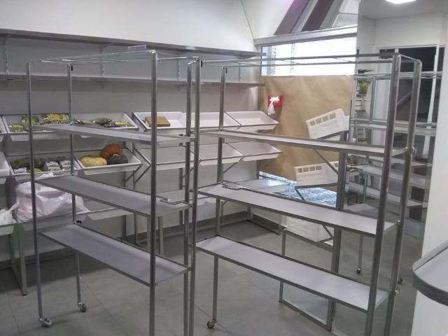 Expositor de produtos em prateleiras metálico