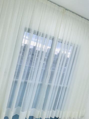 Cortina em tecido voil bege + trilho