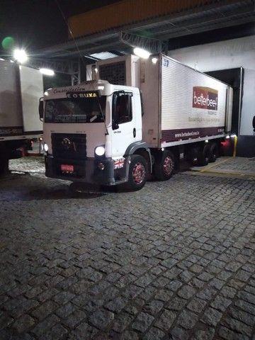 Constelation 24-250 Bi-truck Baú refrigerado gancheira - Foto 9