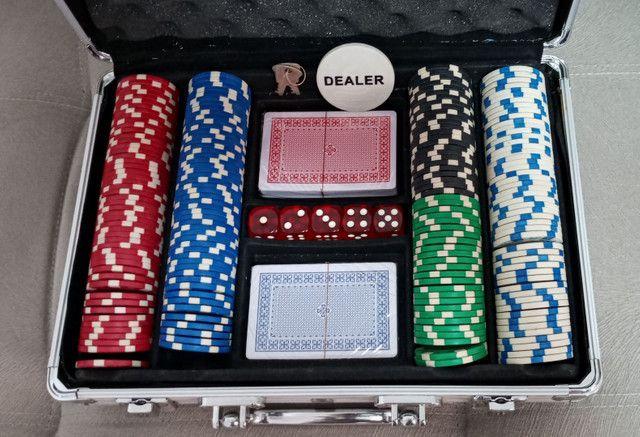 Maleta Poker Profissional 200 Fichas 2 Baralhos 5 Dados em Goiânia - Foto 2