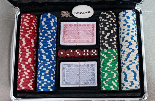 Maleta Poker Profissional 200 Fichas 2 Baralhos 5 Dados em Goiânia