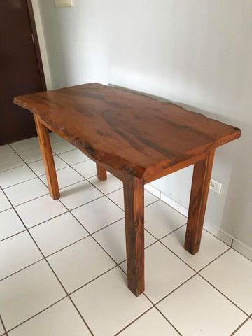 Mesa em madeira envernizada