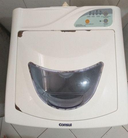Maquina de lavar cônsul 5 kg em funcionamento.