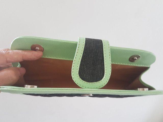 Clutch de mão,  em tecido jeans e detalhes em material sintético verde água  - Foto 3