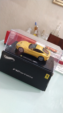 Miniatura HotWheels Ferrari F12 berlinetta (1:43)