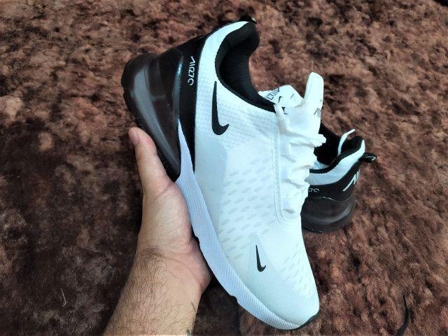 Tênis branco e preto