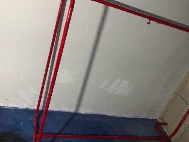 Arara de roupa vermelha - Foto 2