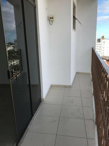Excelente apartamento amplo,varanda, dependência completa - Foto 14