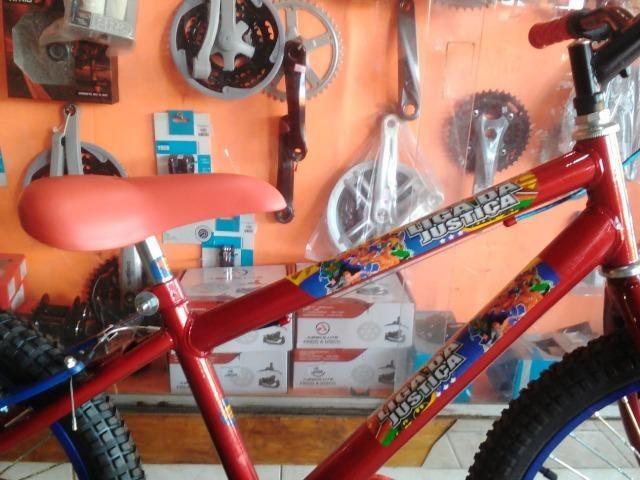 Bicicleta aro 20 Masculina c/ Adesivo da Liga da Justiça - Foto 2
