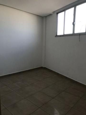 Excelente apartamento amplo,varanda, dependência completa - Foto 11