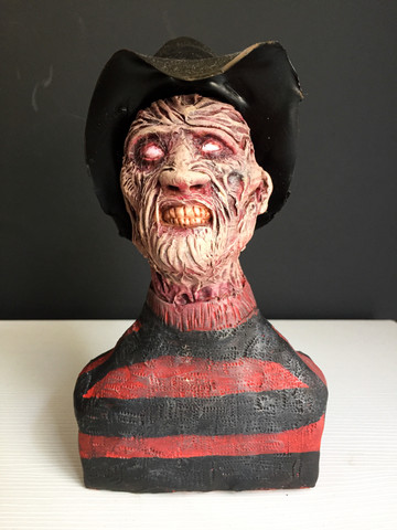 Escultura Action Figure Freddy Krueger 20x11cm