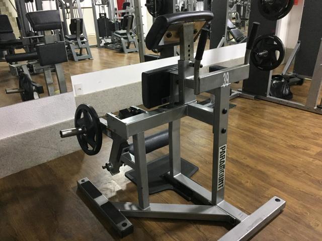 Máquina de academia Flexora em Pé Paramount