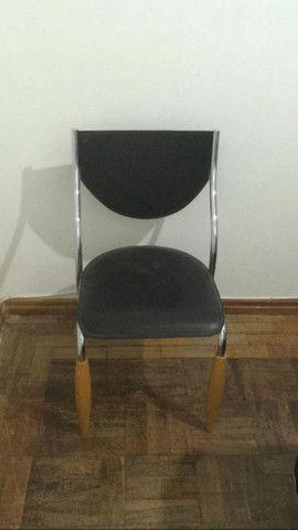 4 Cadeiras de mesa de jantar de metal com forro de couro. R$ 250 - Foto 2