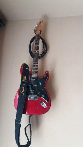 Caixa de som e guitarra