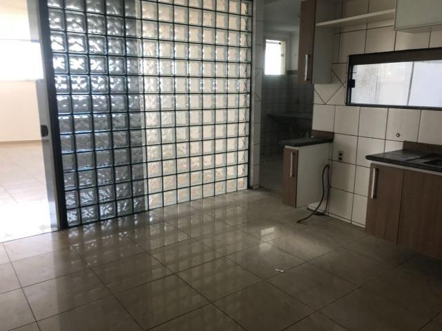 Excelente apartamento amplo,varanda, dependência completa - Foto 17