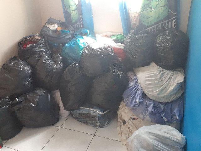 Vendo roupas para brechó 18 sacos - Foto 2