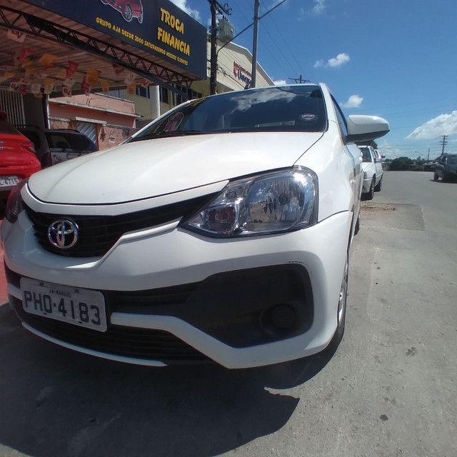 Toyota Etios sedan 1.5 2018 Completo financia se com entrada 15.000  - Foto 3