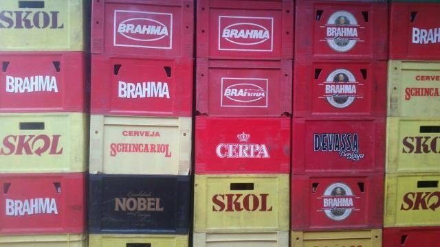Vendo vários engradados de cerveja vazio