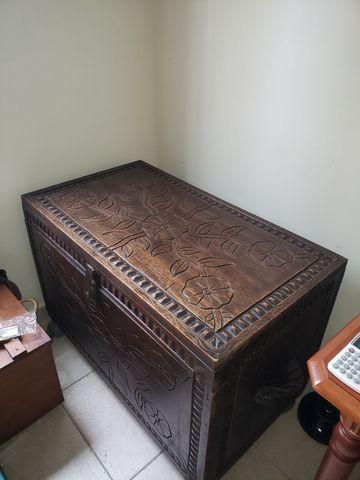 Bau grande em madeira maciça