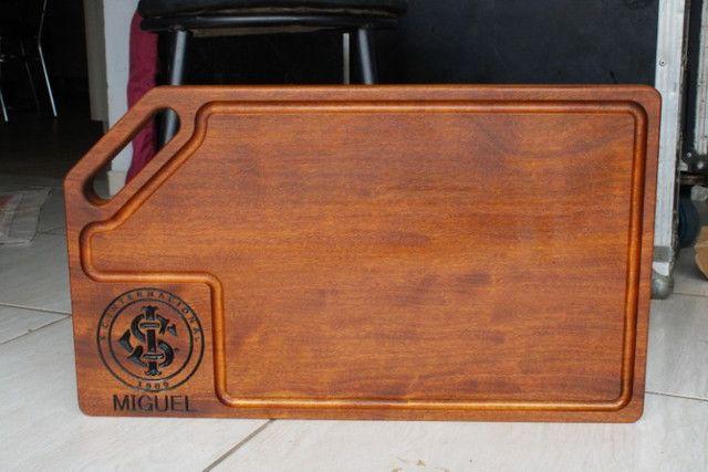 Tábua de Carne Personalizada - Madeira Itauba 60cm x 35 cm x 3,5cm - Foto 2