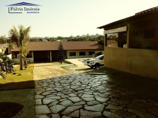 Maravilhosa em condomínio fechado, 1.200m² de terreno, área de lazer e salão de festas
