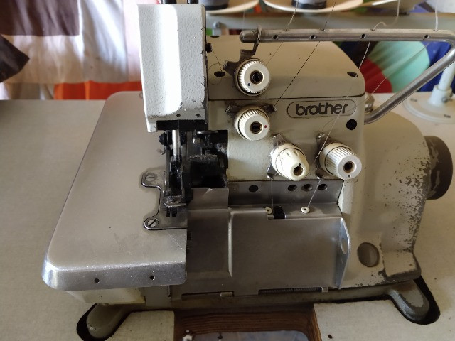 Máquina costura interlock brother