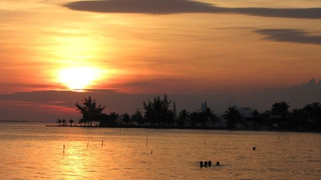 Casa Frente praia-Piscina Cond. fechado. Local Privilegiado - Praia Linda-4 qtos suites - Foto 7