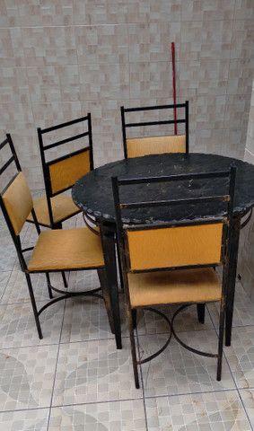 Mesa de ferro com 4 cadeiras  - Foto 2