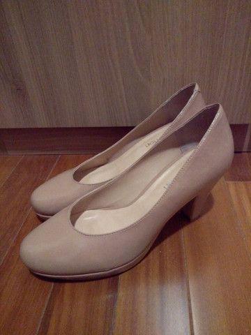 Scarpin couro verniz meia-pata (nude ou preto) - Foto 3